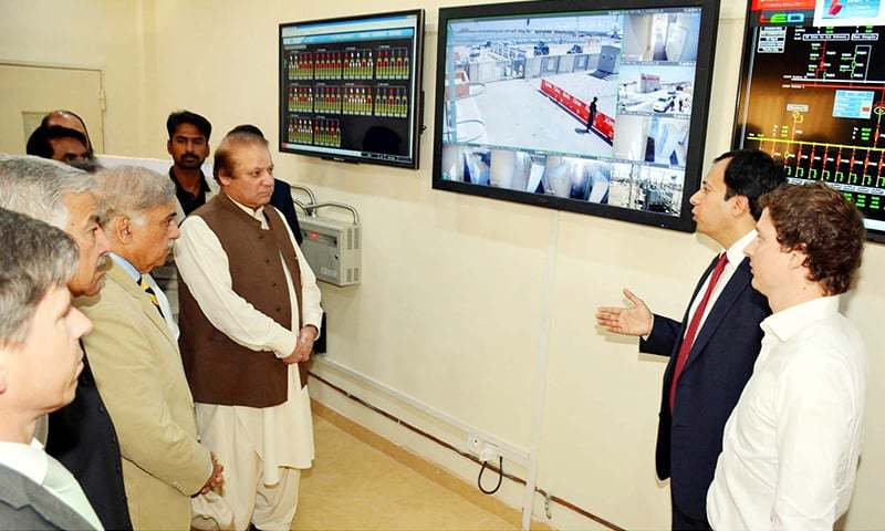 Prime Minister Nawaz Sharif being briefed about the 100MW Solar Power Plant during Inauguration ceremony held at Quaid-e-Azam Solar Park in Bahawalpur. -PPI