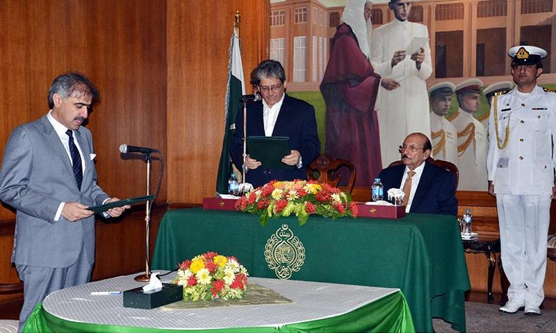 Sindh Governor Dr Ishratul Ibad administering oath to Suhail Anwar Siyal as Home Minister Sindh at Governor house.— INP