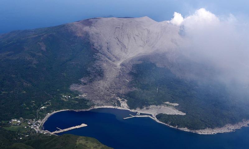 جاپان میں آتش فشاں پھٹ پڑا