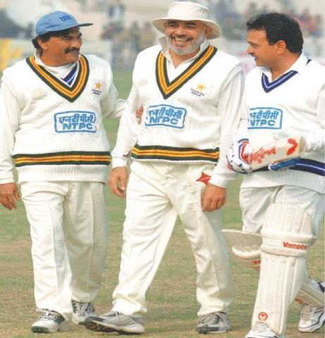 AZMAT Rana (C) shares a light-hearted moment with Pakistan team-mate Mansoor Akhtar (L) and India's Yashpal Sharma during a veterans cricket match in New Delhi on Dec 22, 2003.—AFP