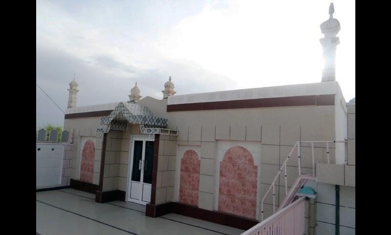 میناروں کے انہدام سے قبل احمدیوں کی عبادتگاہ کا ایک منظر۔ —. فوٹو ڈان