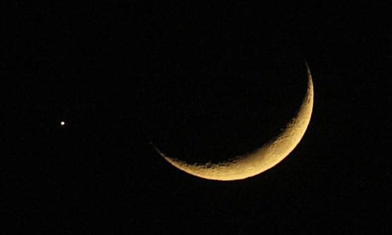 جدید سائنسی حسابات کی مدد سے ہم یہ جان سکتے ہیں کہ چاند کس جگہ اور کس وقت نظر آئے گا۔ — رائٹرز/فائل