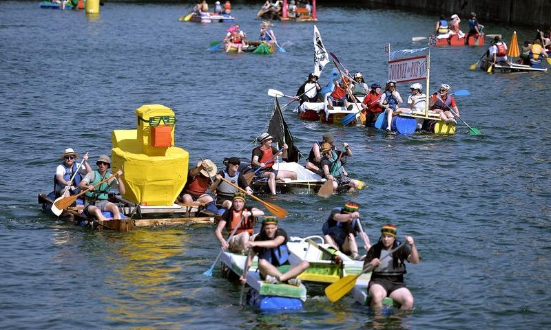 فرانس کی مصنوعی جھیل پر لوگوں کی تفریح
