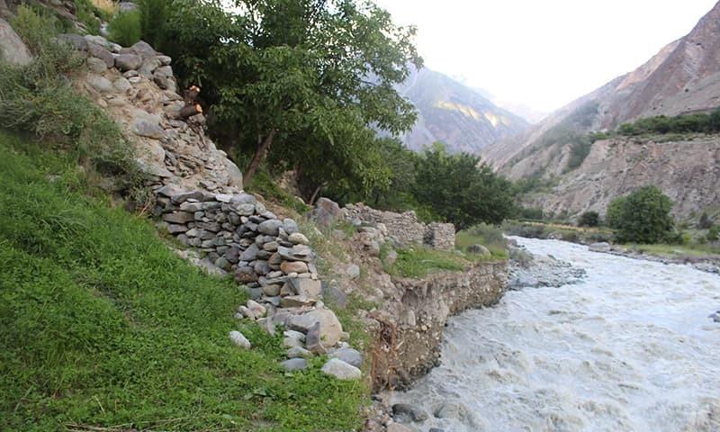 وادیء بگروٹ کے ایک دریا کا منظر۔ — فوٹو سید زاہد حسین۔