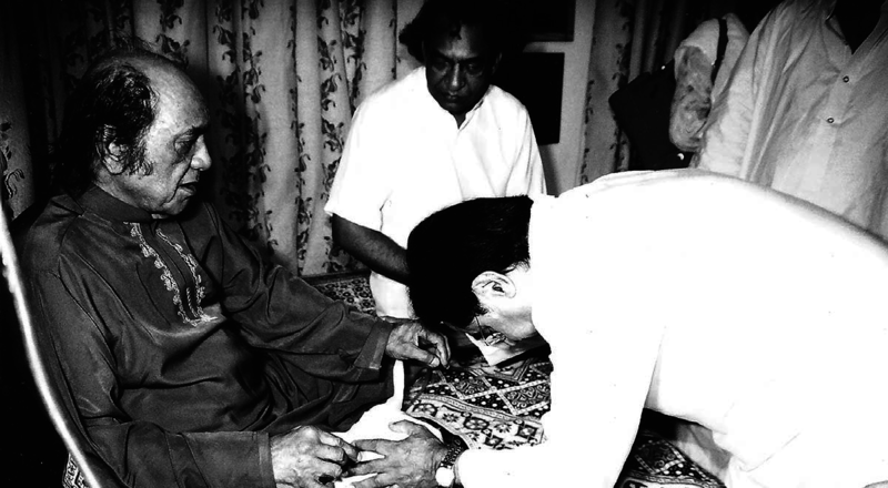 Jagjit Singh paying homage to his mentor Mehdi Hasan — Photograph courtesy HarperCollins Publishers India