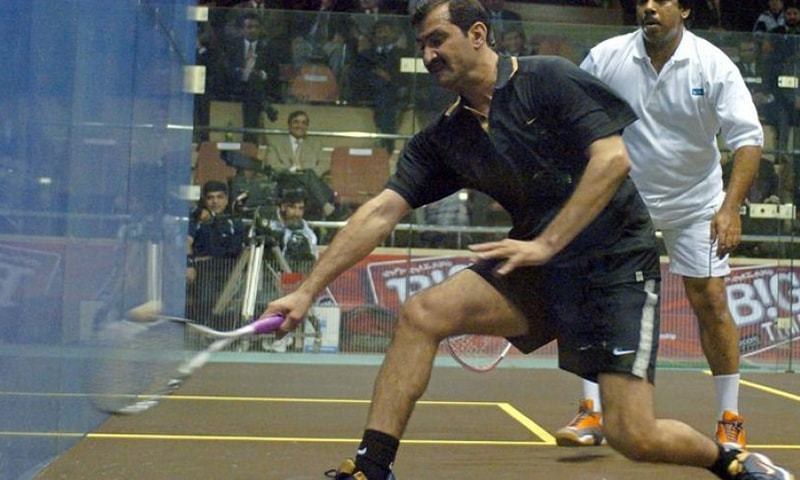 Pakistani squash legends Jahangir Khan (right) and Jansher Khan play during a friendly match at the Mushaf Squash Complex in Islamabad, 14 December 2005. — AFP/File