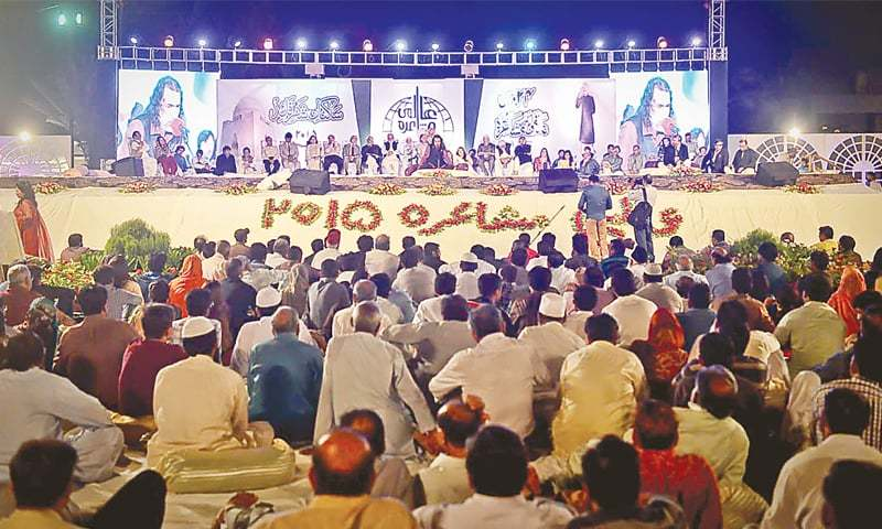A SIZEABLE number of people attended the late night 24th Aalmi Mushaira organised by the Saakinan-i-Shehr-i-Quaid at the KHA ground on Saturday.—White Star