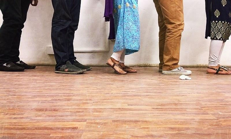 پاکستانی چاہے کسی بھی پسمنظر سے تعلق رکھتے ہوں، ایک چیز میں متحد ہیں، اور وہ ہے قطار سے نفرت۔ — ڈان ڈاٹ کام فوٹو۔