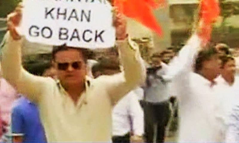 Shiv Sena activists crashed through the gates of BCCI office, holding posters that read 'Shaharyar Khan go back'. —DawnNews screengrab