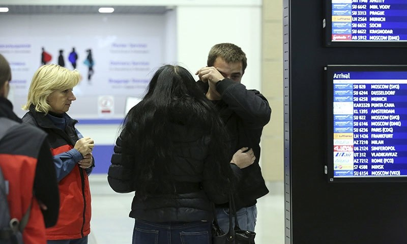 A man reacts next to Russian Emergencies Ministry members at Pulkovo airport in St. Petersburg, Russia, October 31, 2015. A Russian airliner carrying 224 passengers and crew crashed in Egypt's Sinai peninsula on Saturday─Reuters