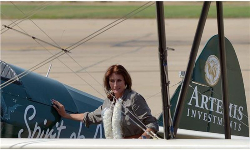 Tracey Taylor poses alongside her aircraft upon her arrival at the Karachi International Airport. —AFP