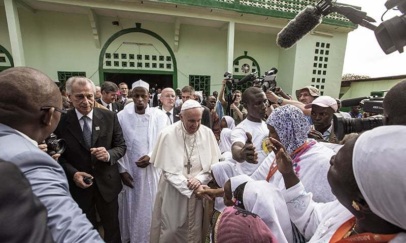Pope Francis (C) shakes the hands of children upon his arrival to the Central Mosque in the PK5 neighborhood. ─ AFP