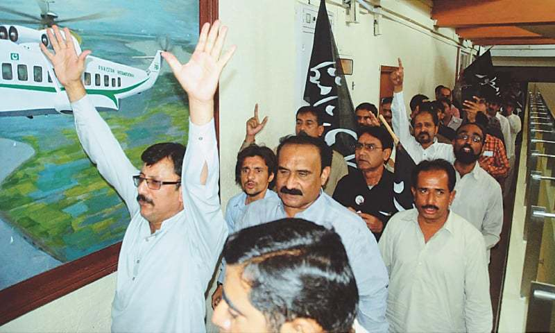 KARACHI: Members of Pakistan International Airlines Employees Union demonstrating against privatisation of the airlines at the PIA headquarters on Sunday.—PPI