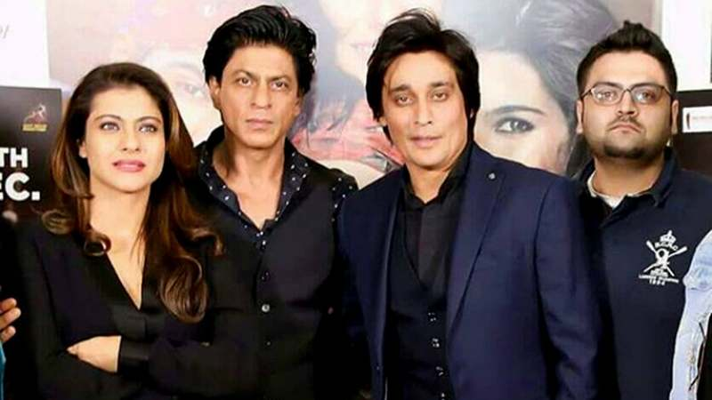 SRK's deadpan expression and Kajol's tightly crossed arms say it all. Body language, people!