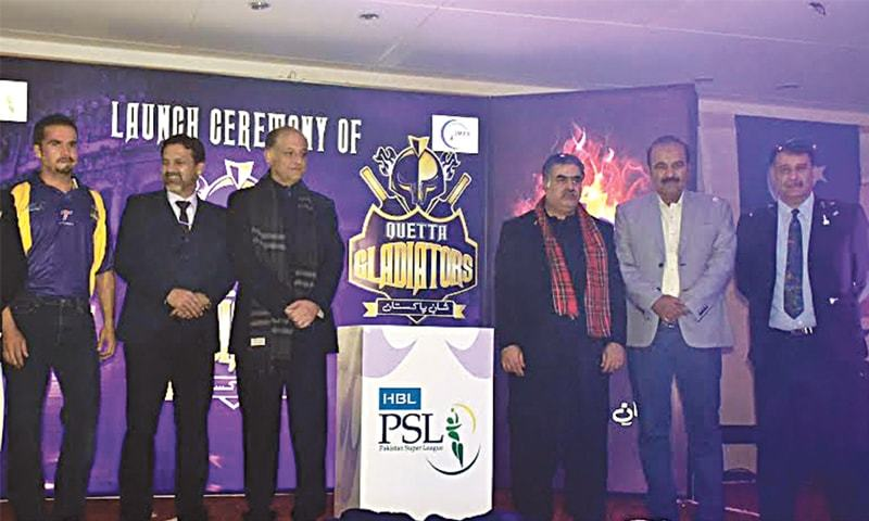 QUETTA: Balochistan CM Sanaullah Zehri (third from right) unveils PSL outfit Quetta Gladiators' logo here as team owner Nadeem Omar and head coach Moin Khan look on.
