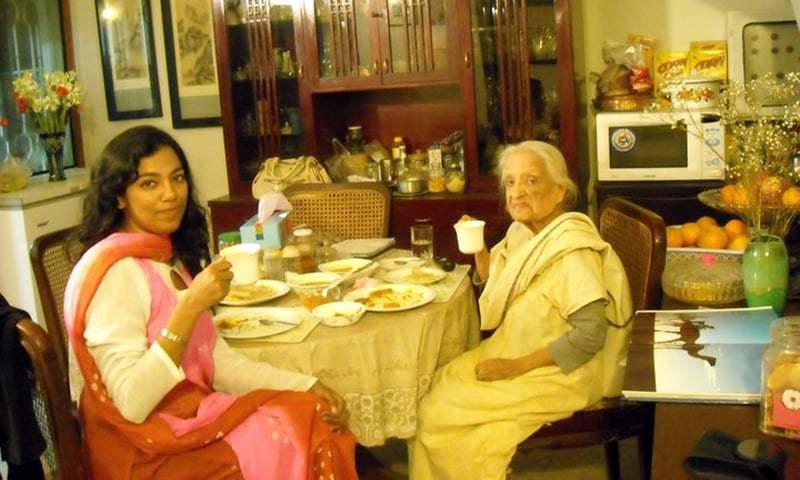 مصنفہ کی فاطمہ ثریا بجیہ کے ساتھ ایک تصویر۔