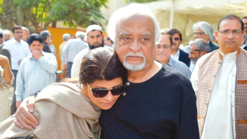 Actress Rubina Ashraf consoles Anwar Maqsood at Bajia's funeral prayers - Photo: Dawn