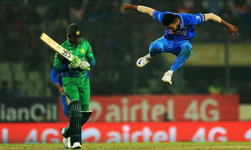 ہندوستانی باؤلر ہردیک پانڈیہ پاکستانی آل راؤنڈر شعیب ملک کو ڈھاکہ میں جاری ایشیا کپ ٹی 20 میں آؤٹ کرنے کے بعد جشن مناتے ہوئے۔ 27 فروری 2016۔ — فوٹو اے ایف پی۔