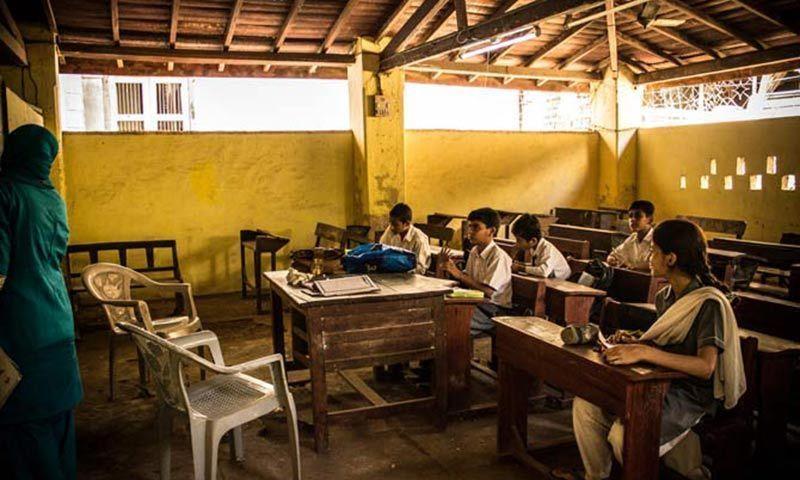 آج کل بچوں کو امتحانات میں نمبر لینے کی تربیت دی جا رہی ہے مگر ان کو مضامین سمجھائے اور سکھائے نہیں جا رہے۔ — شامین خان/ڈان ڈاٹ کام۔