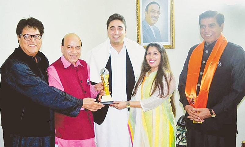 ISLAMABAD: PPP Chairman Bilawal Bhutto Zardari presents a souvenir to BJP leader Vijay Jolly.—PPI