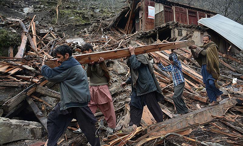 مظفر آباد کے نواحی علاقے میں ایک منہدم مکان کا منظر۔ — اے ایف پی