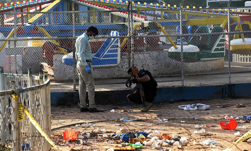 Security officials collect evidence at the cordoned-off site of the March 27 suicide bombing, in Lahore's Gulshan-i-Iqbal park on March 28, 2016.─AFP/File