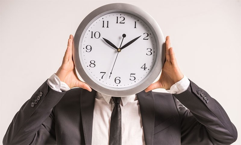 کئی نوجوان نوکری کے انتظار میں فارغ وقت ضائع کرتے رہتے ہیں، اور اس کا درست استعمال نہیں کرتے۔  — Creative Commons