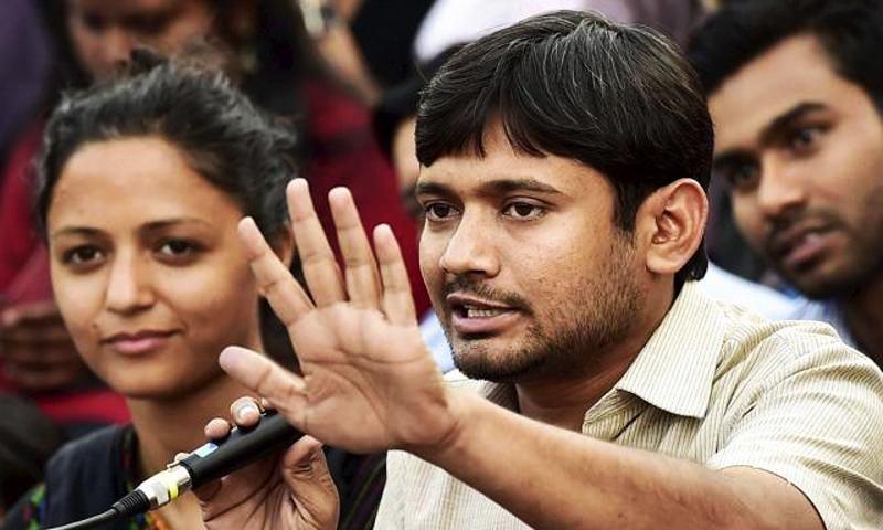 جواہر لال نہرو یونیورسٹی کے طلباء رہنما کنہیا کمار اور شہلا رشید۔ — فوٹو پریس ٹرسٹ آف انڈیا۔