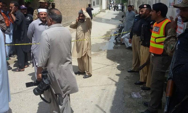 دھماکے کے بعد پولیس اور سیکیورٹی فورسز نے علاقے کو گھیرے میں لے لیا—۔ڈان نیوز