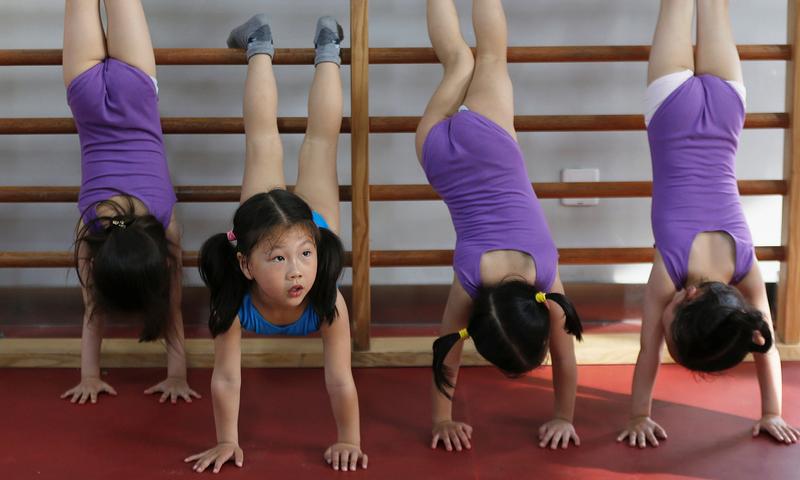 چین میں کم سن طلبہ کو جمناسٹک کی تربیت
