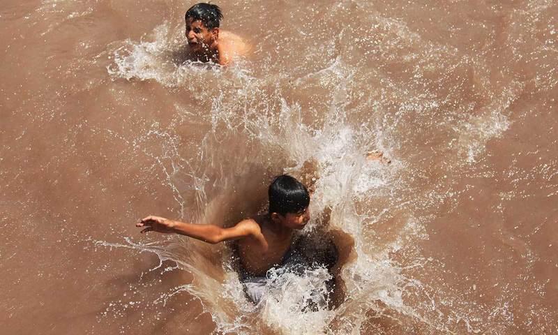 سخت گرمی میں تیراکی