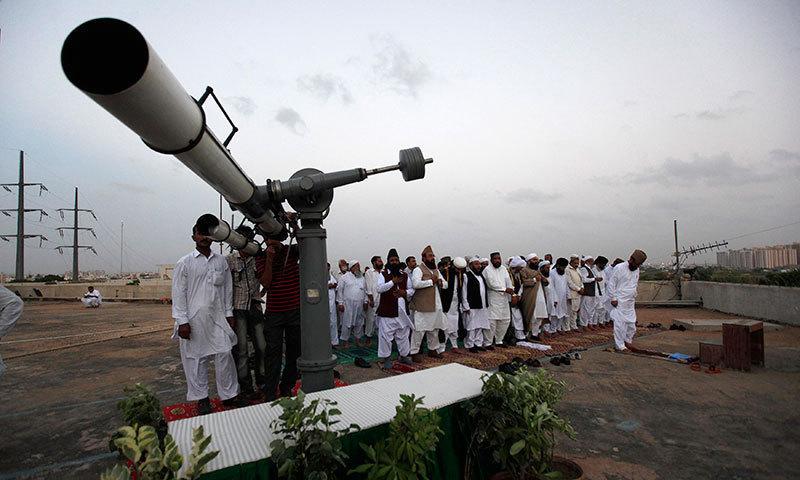 مرکزی رویت ہلال کمیٹی کا اجلاس کراچی میں طلب کر لیا گیا ہے — فائل فوٹو : رائٹرز