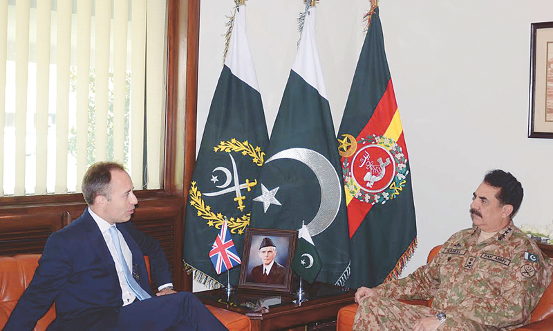 RAWALPINDI: British High Commissioner Thomas Drew CMG calls on Gen Raheel Sharif at GHQ on Friday.—PPI