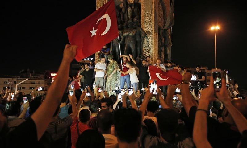 ترک صدر طیب اردگان کے حامی نعرے لگا رہے ہیں—۔فوٹو/ اے پی