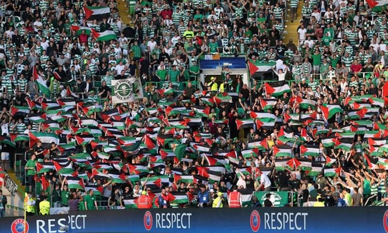 اسکاٹش کلب سیلٹک کےمداحوں نے اسرائیل کے فلسطین پر قبضے کے خلاف احتجاج کرتے ہوئے میدان میں پرچم لہرائے—فوٹو:رائٹرز