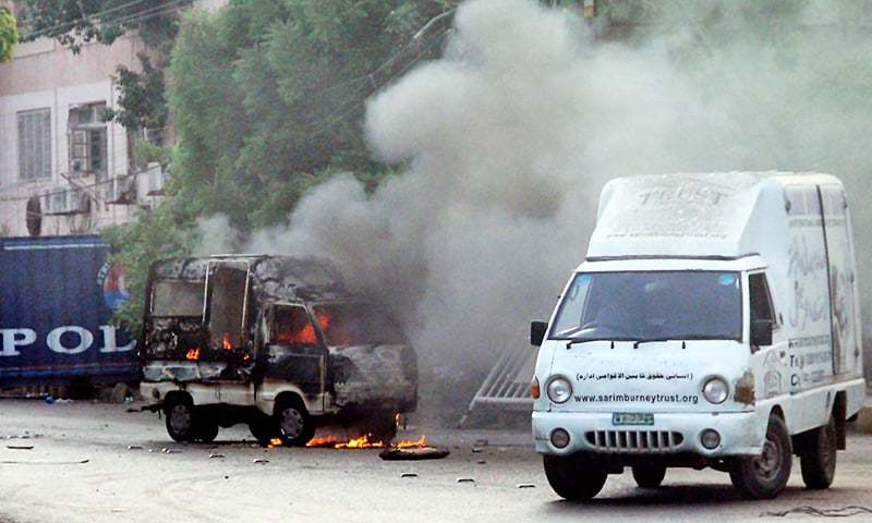 Police mobile seen set ablaze by angry mob on road leading to Governor House. —Online