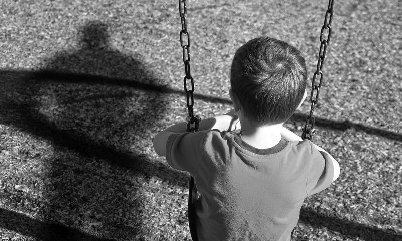 والدین/سرپرست کے طور پر آپ کے لیے ضروری ہے کہ آپ اپنے بچوں کی حفاظت کے حوالے سے ہمیشہ ہوشیار رہیں۔ — فوٹو Angela Waye/ShutterStock