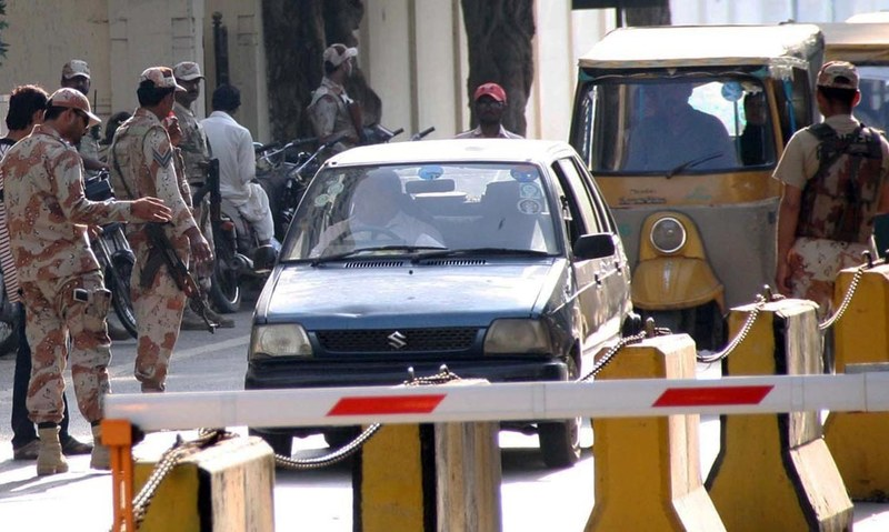 Rangers personnel seen checking vehicles near Karachi Press Club to arrest MQM London leaders. —Online