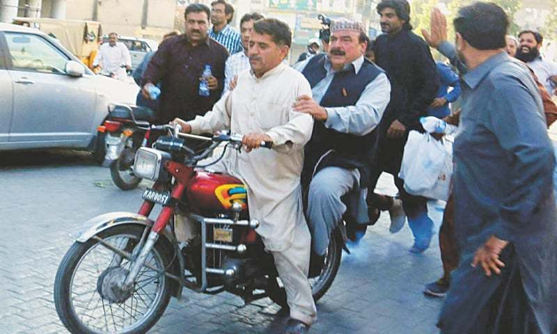 RAWALPINDI: Sheikh Rashid, who defied all blockades to reach Committee Chowk on a motorcycle, returns after making a speech
