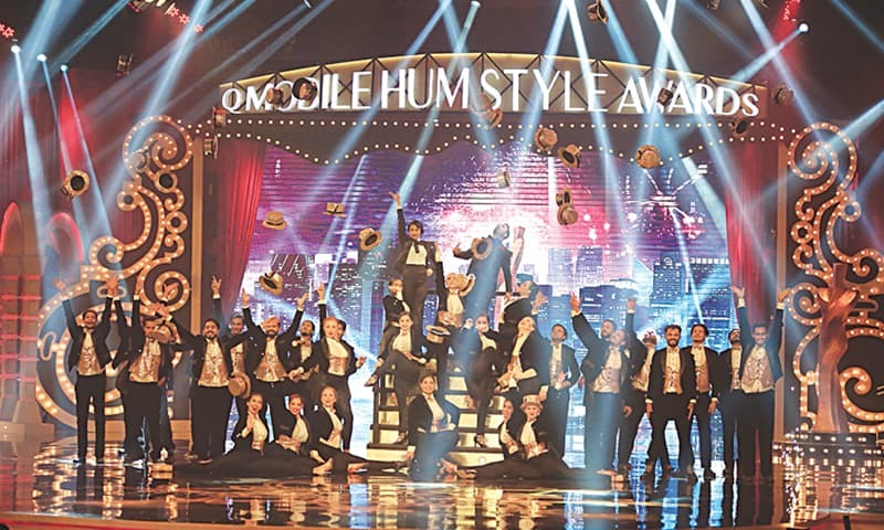 The trippy Broadway-ish opening act with Meesha Shafi, Umair Jaswal and Ahmed Ali singing Welcome to the First Hum Style Awards