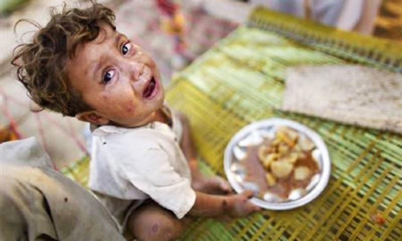 پاکستانی بچوں کی تقریباً نصف آبادی نشوونما کے معیار پر پوری نہیں اترتی۔ — فوٹو رائٹرز
