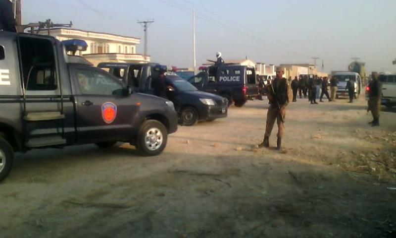سندھ کے شہر روہڑی کے قریب نامعلوم ملزمان نے چینی انجینئر کی گاڑی پر حملہ کیا — فوٹو: ڈان نیوز