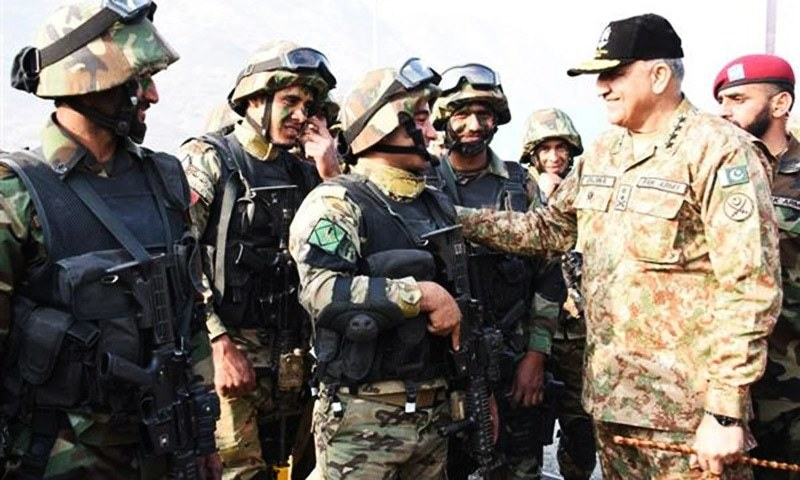 COAS General  Qamar Javed Bajwa with participants of  Pak Jordan Joint exercise Fajr Ul Sharq 1  during his visit to Attock on Thursday.—ISPR
