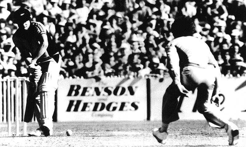 1981 کے بینسن اینڈ ہیجز کپ کے بیسٹ آف فائیو فائنلز کے دوران ٹریور چیپل کی جانب سے کرائی گئی گیند کا منظر— فوٹو: اے پی