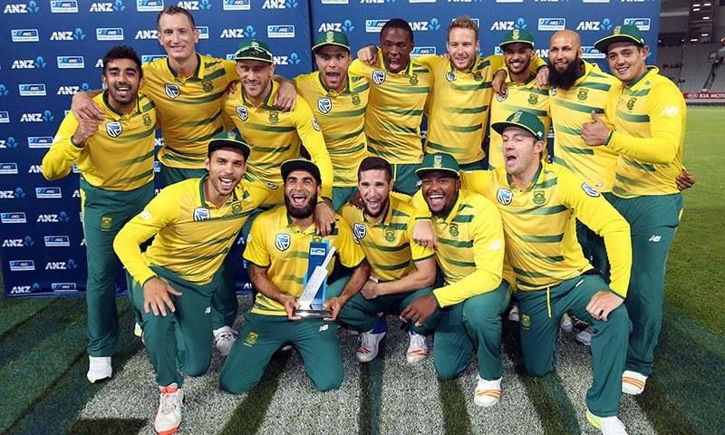 فتح پر مسرور جنوبی افریقی اسکواڈ کا ٹرافی کے ہمراہ گروپ فوٹو— فوٹو: اے ایف پی