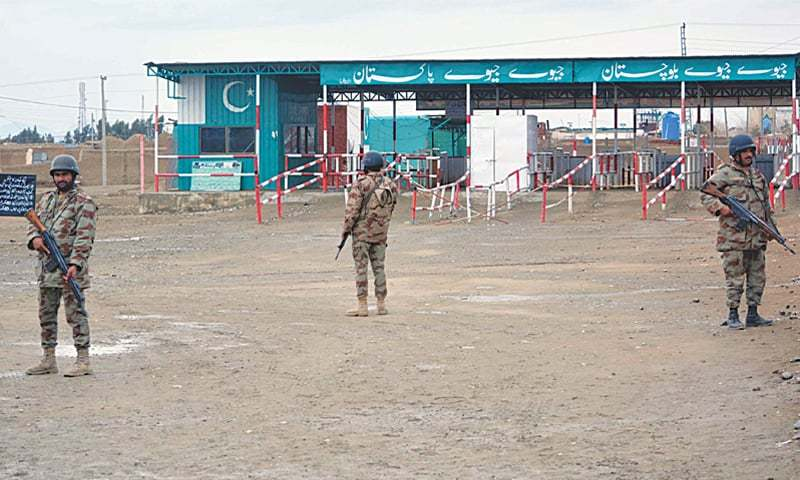 CHAMAN: Paramilitary soldiers stand alert at a check-post on the Afghan border that remained closed for the second consecutive day on Saturday. Pakistani authorities issued shoot-on-sight orders for those found attempting to cross into this side of the border illegally.—INP