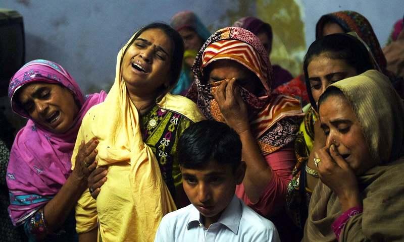 سانحہءِ سیہون میں ہلاک ہونے والوں کے لواحقین ماتم کناں ہیں۔ — فوٹو اے ایف پی۔