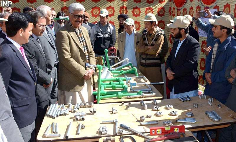 QUETTA: Minister for States and Frontier Regions retired Lt Gen Abdul Qadir Baloch views equipment on Wednesday after inaugurating UNHCR's Refugee Affected and Hosting Areas Skill Development Programme for Afghan refugees.—INP