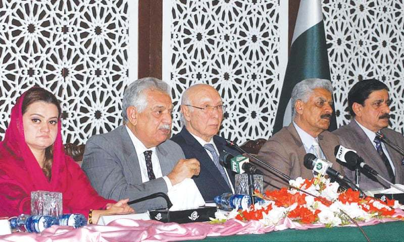 ISLAMABAD: Adviser on Foreign Affairs Sartaj Aziz, Minister for States and Frontier Regions retired Lt Gen Abdul Qadir Baloch and Khyber Pakhtunkhwa Governor Iqbal Zafar Jhagra address a press conference here on Thursday.—APP