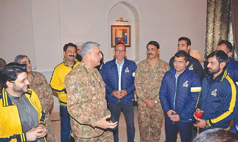 RAWALPINDI: Chief of the Army Staff Gen Qamar Javed Bajwa meets the players of the Peshawar Zalmi cricket team at General Headquarters on Saturday.—Online